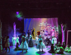 """Jugendliche bei Premiere von """"Alice?!"""" bejubelt"""